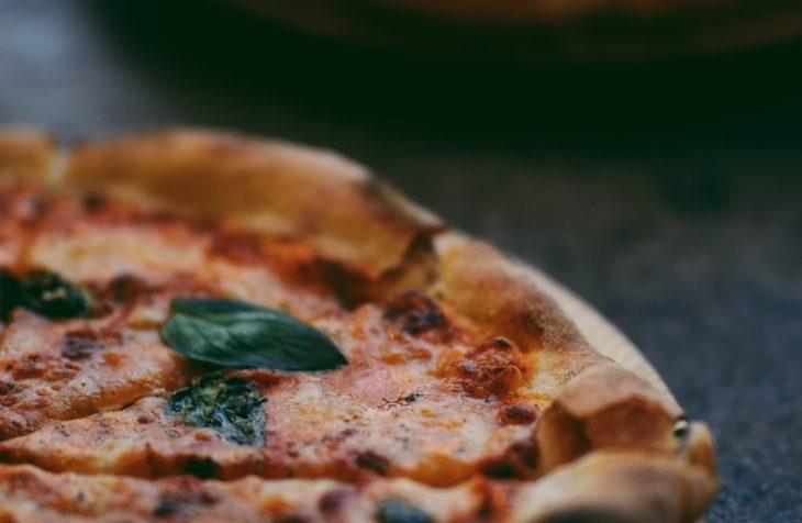 Njut av mat på en italiensk restaurang i Vasastan